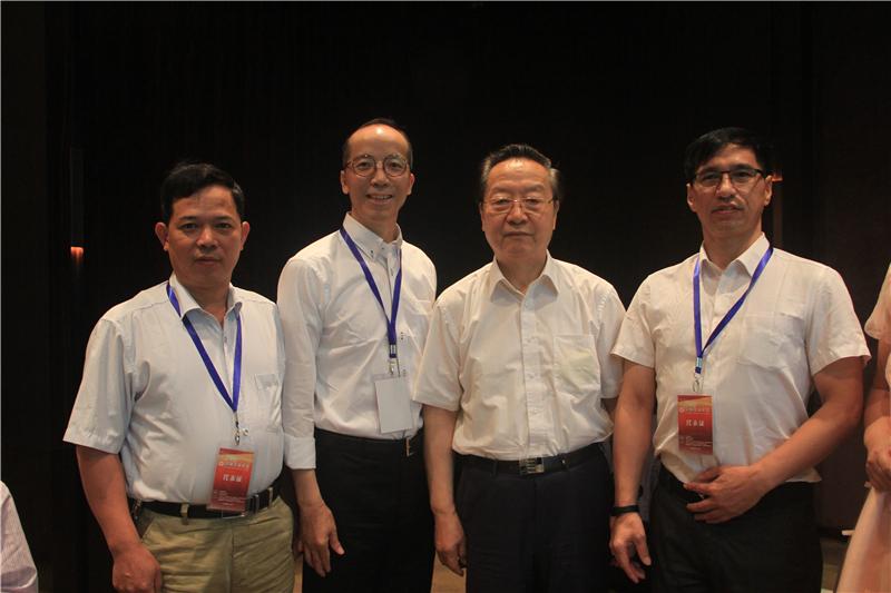 2016年6月,雷建强和其他企业代表与全国政协常委、全国政协经济委员会副主任、工信部首任部长李毅中(右二)合影